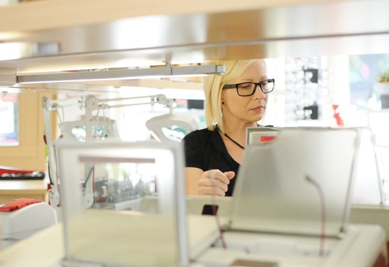 Mitarbeiter Fotos Berlin Köpenick Optikerin bei der Arbeit