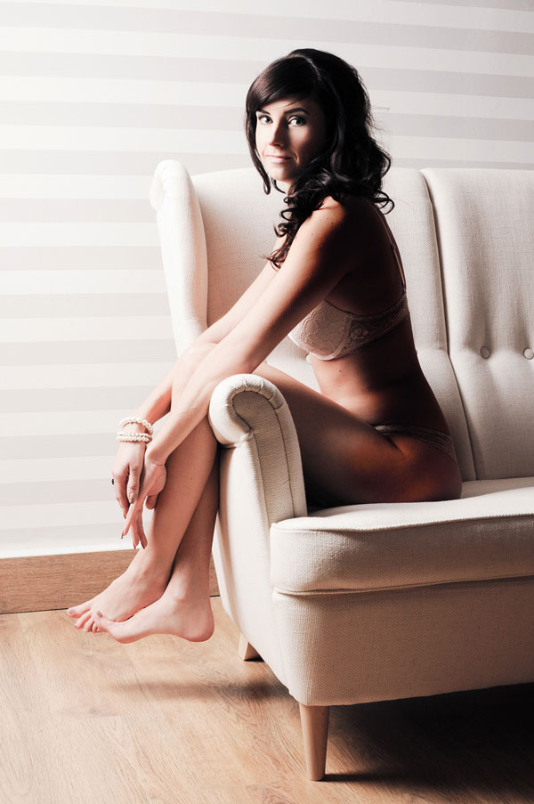 Aktfotografie-Berlin-Fotofusion-Modell-weiblich-auf-Couch