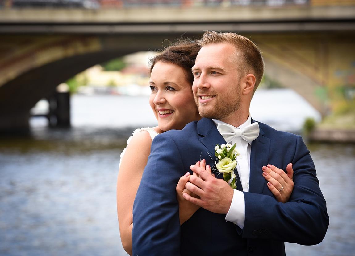 Braut und Bräutigam am Wasser im Schlosspark Köpenick