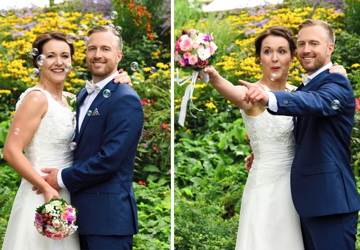 Brautpaarshooting im Schlosspark Köpenick mit Seifenblasen