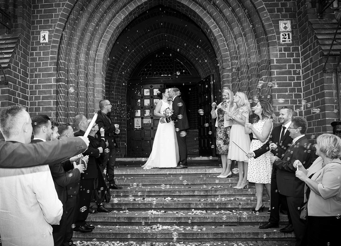 Brautpaar vor Standesamt Köpenick mit Seifenblasen