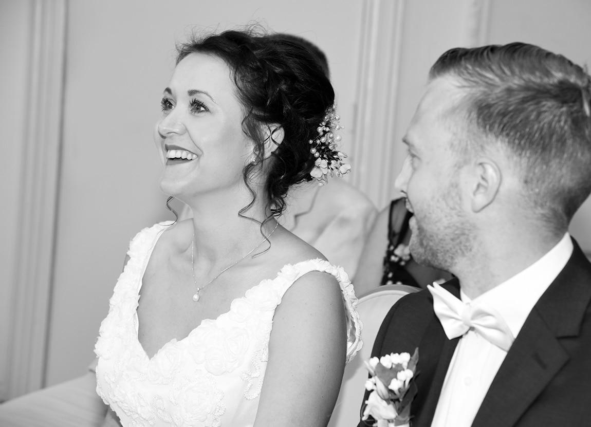 glückliche Braut während der Trauung