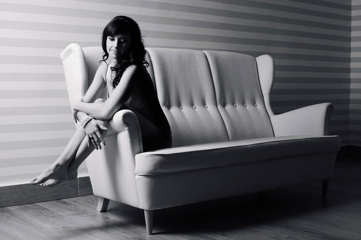 Aktfotografie auf der Couch sitzend im Licht