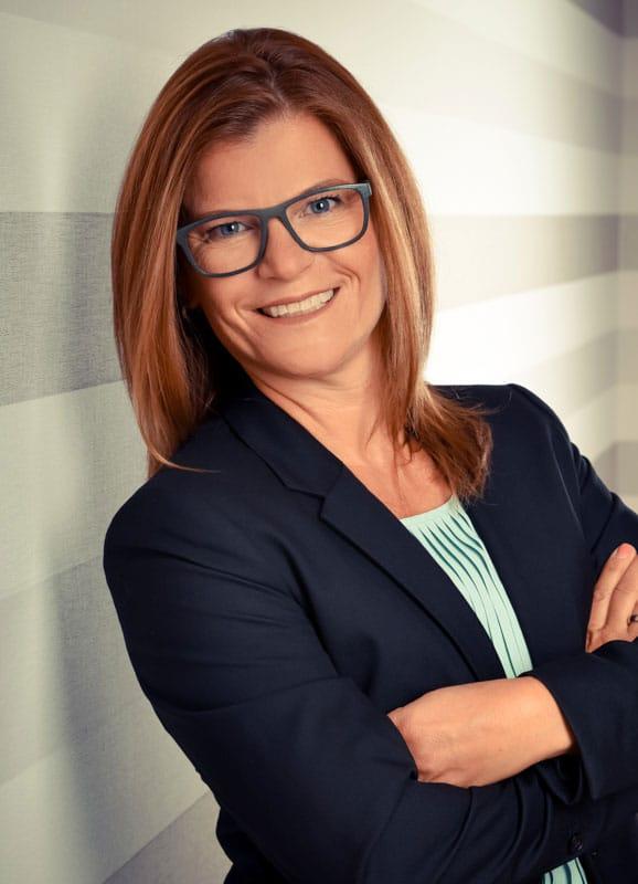 Frau mit Brille gestreifter Hintergrund