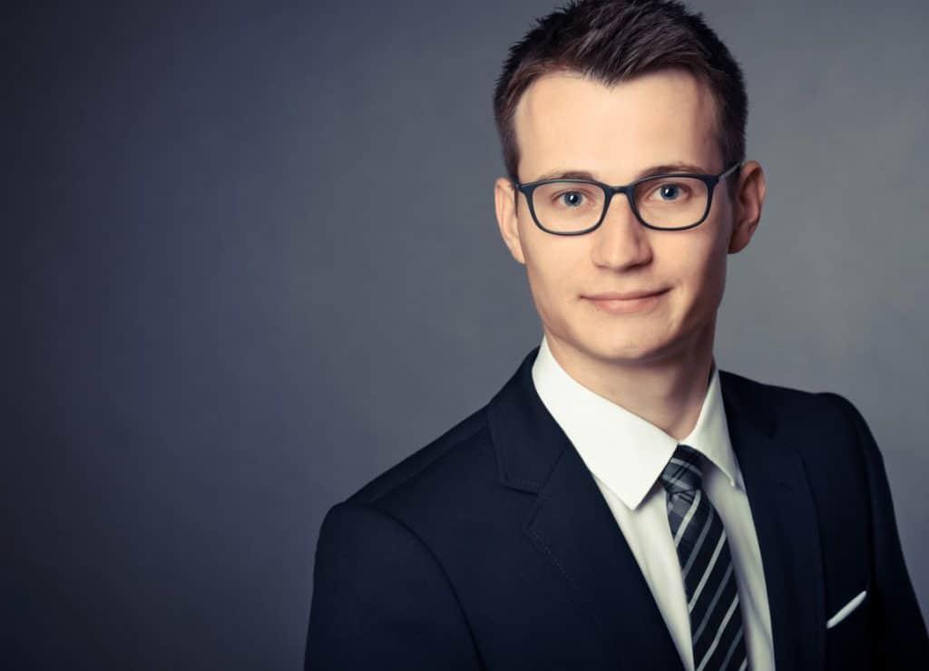 Mann mit Brille Dunkler Hintergrund