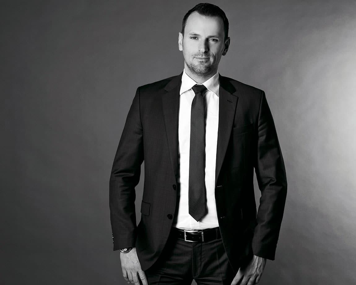 Bewerbungsfoto schwarz weiß mit Amen dunkler Hintergrund