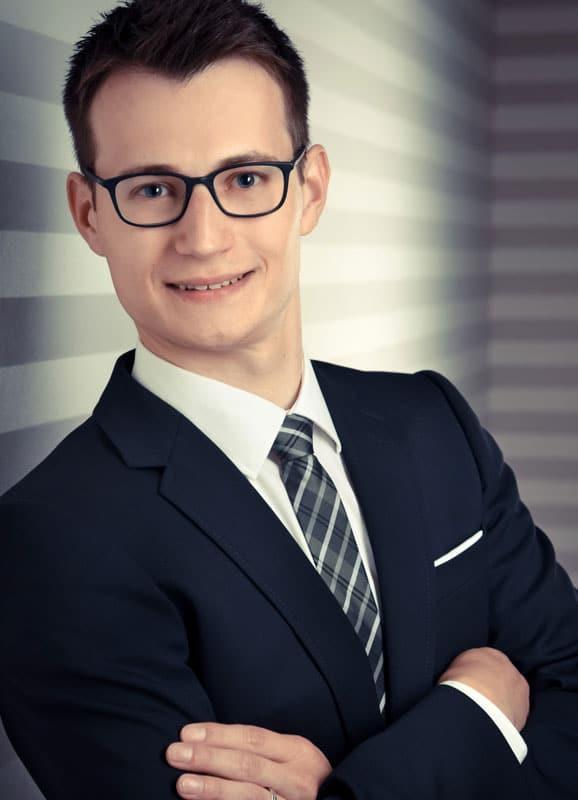 Mann mit Brille gestreifte Wand