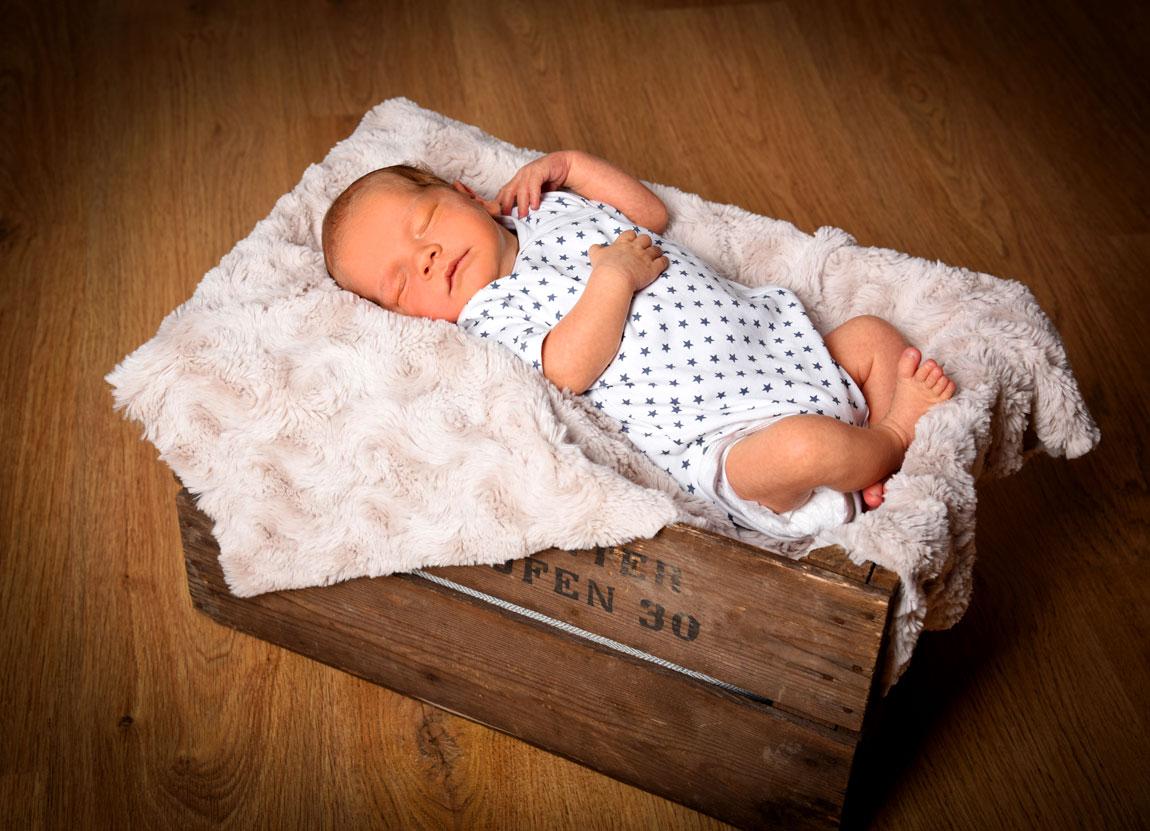 schlafendes Baby mit Sternchen Body in Kiste