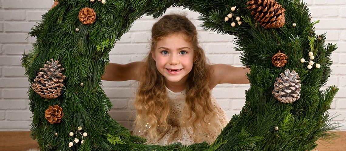 Mädchen mit Weihnachtskranz